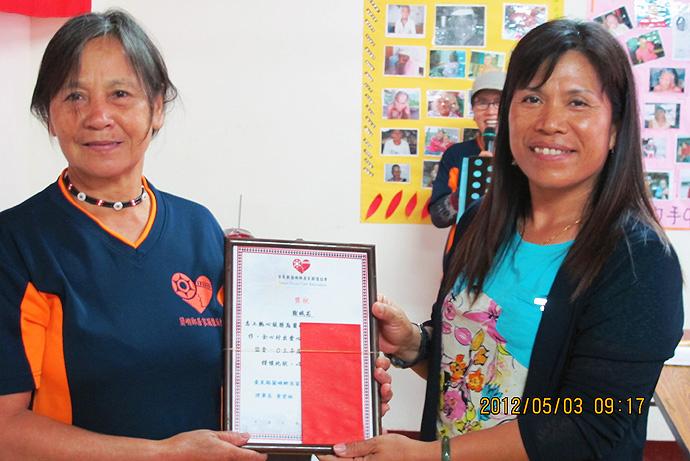 個人獎第一名 — 謝娥花 (左)