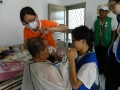 關懷員帶志工前去無法至協會剪髮的長者家中服務