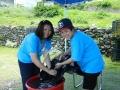 志工為長者清洗染劑