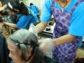 志工們開始為長者剪髮與染髮